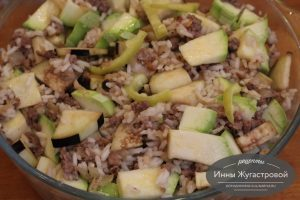 Шаг 8. Смешать овощи, фарш и рис