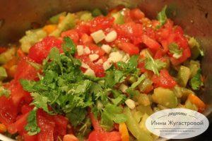 Шаг 8. Добавить чеснок, зелень и помидоры