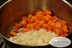 Шаг 1. Лук обжарить с морковью