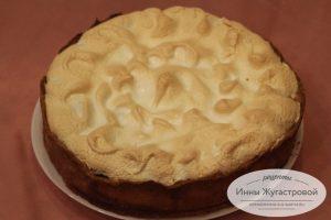 Пирог с вишней, черешней и меренгой