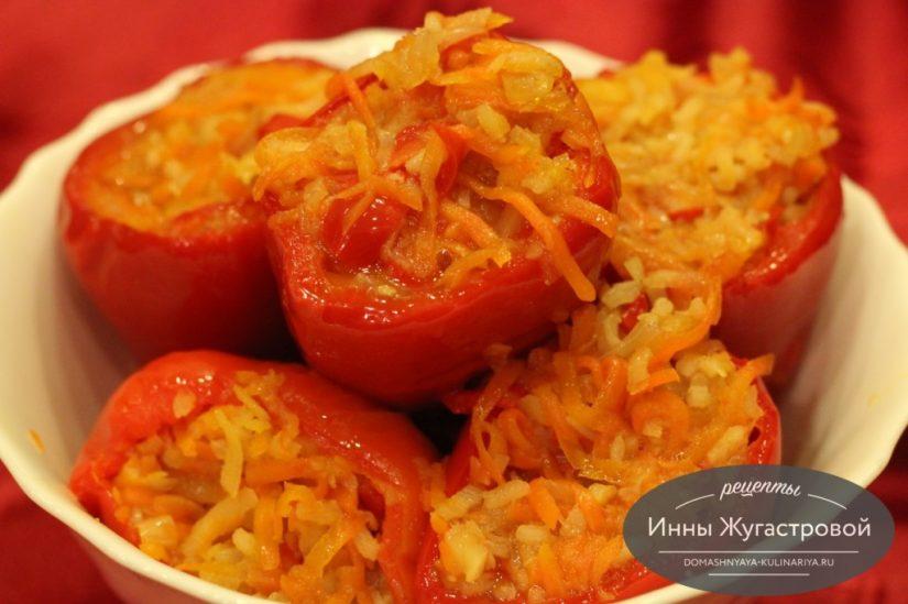 Веганский перец, фаршированный морковью, пастернаком и рисом в микроволновке