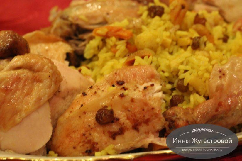 Курица по-еврейски, фаршированная рисом с яблоками и сухофруктами, в духовке