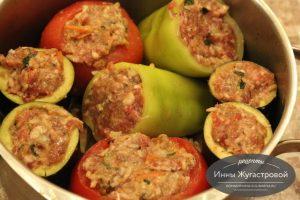 Ассорти из фаршированных мясом овощей