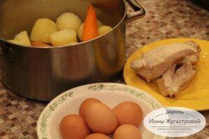 Шаг 1. Отварить овощи, курицу и яйца