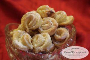 Творожное печенье в виде роз