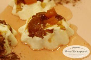 Сметанное желе с персиками и сливой