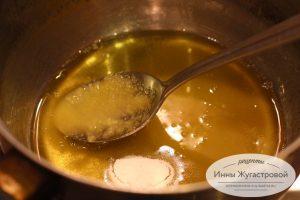 Шаг 1. Растопить мед, добавить соду