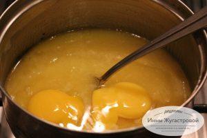Шаг 3. Добавить яйца