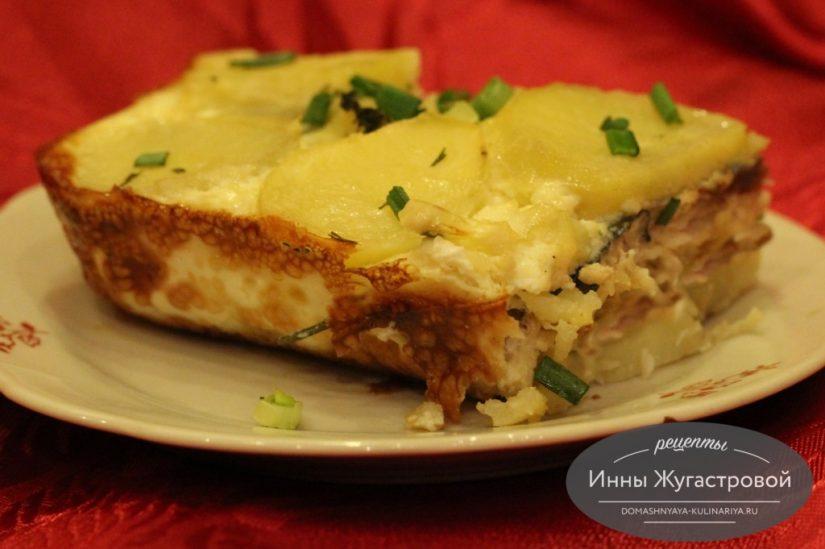 Скумбрия с картофелем и луком, запеченная в духовке под сливочным соусом
