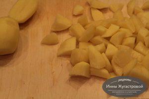 Шаг 7. Нарезать картофель, добавить в суп