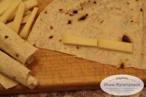 Шаг 1. Нарезать лаваш и сыр