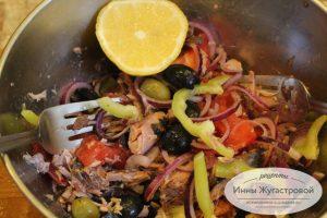 Шаг 7. Заправить лимонным соком и оливковым маслом
