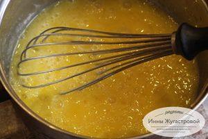 Шаг 2. Взбить яйца с сахаром