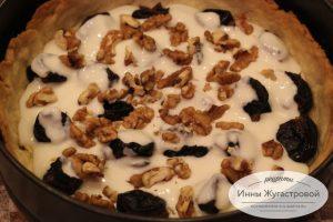 Шаг 10. Полить половиной крема, выложить орехи