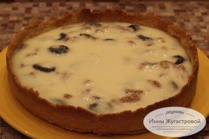 Пирог с черносливом и сметанной заливкой