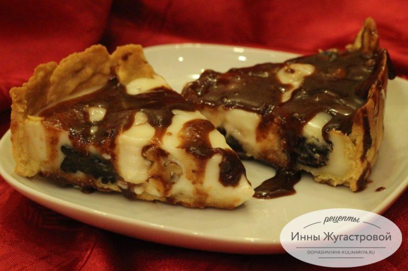 Открытый песочный пирог с черносливом, шоколадом, орехами и сметанной заливкой