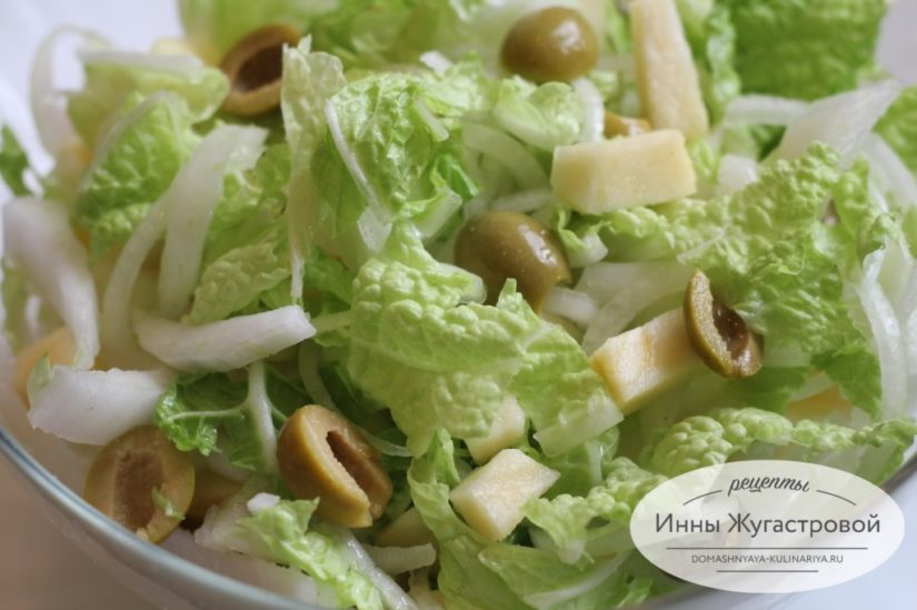 Зимний салат из пекинской капусты с яблоками и оливками