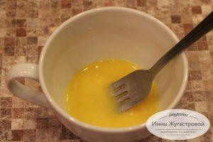 Шаг 1. Взбить яйцо с солью и водкой