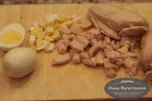 Шаг 3. Нарезать яйца и куриное филе