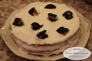 Торт Сметанник с орехами и черносливом