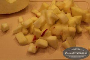 Шаг 1. Яблоко нарезать кубиками