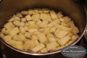 Шаг 3. Положить яблоки в кипящую воду