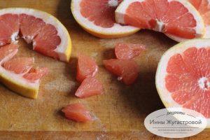 Шаг 3. Очистить и разделить на дольки грейпфрут