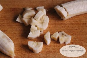 Шаг 4. Бананы нарезать кусочками