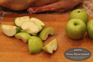 Шаг 3. Яблоки разрезать на крупные дольки