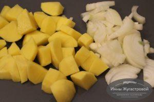 Нарезать лук и картофель