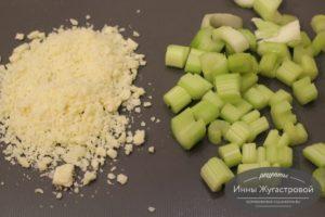 Нарезать сельдерей и сыр