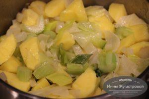 Добавить картофель и сельдерей