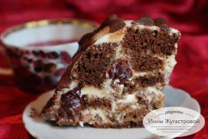 Медовый торт с вишней, орехами и сметанным кремом
