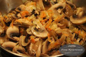 Шаг 8. Добавить грибы к овощам