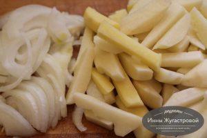 Шаг 6. Нарезать картофель и лук