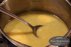 Шаг 1. Разогреть воду с маслом и солью