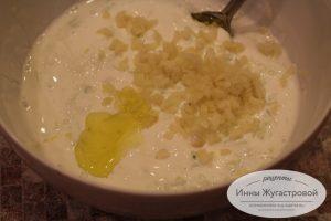 Шаг 7. Добавить чеснок, оливковое масло и лимонный сок