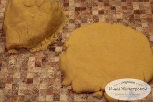 Шаг 3. Расплющить тесто в толстую лепешку