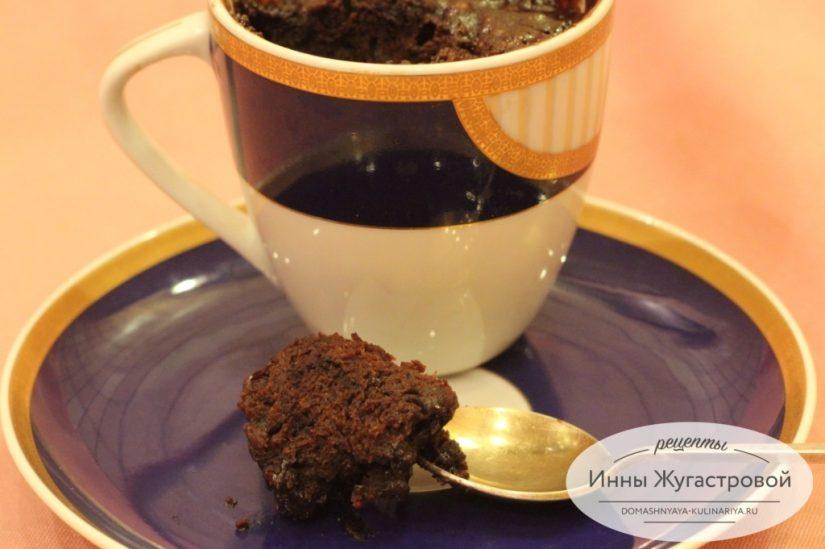 Шоколадный кекс пятиминутка в чашке в микроволновке