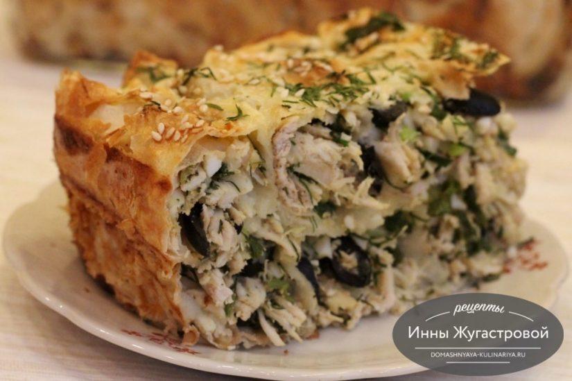 Пирог из лаваша с курицей, яйцами, свежей зеленью и оливками