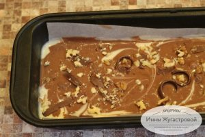Шаг 9. Посыпать шоколадом и орехами