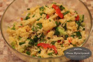 Шаг 9. Смешать рис с овощами и луком