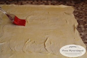 Шаг 8. Раскатать тесто, смазать маслом