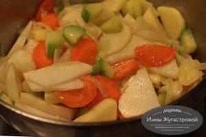 Шаг 5. Добавить картофель и кабачок