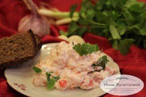 Творожный салат с помидором