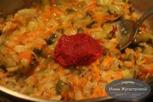 Шаг 8. Добавить томатную пасту