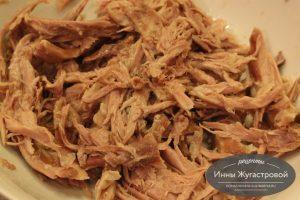 Шаг 11. Мясо из бульона нарезать