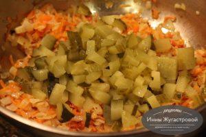 Шаг 7. Тушить овощи с огурцами