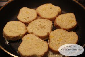 Шаг 4. Обмакнуть хлеб в льезон, жарить на среднем огне