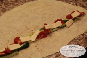 Шаг 3. Выложить овощи и сыр